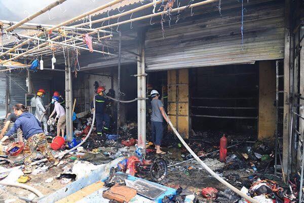 Khu vực xảy ra cháy là dãy kiot bán vải và quần áo, do đó lửa rất lớn.