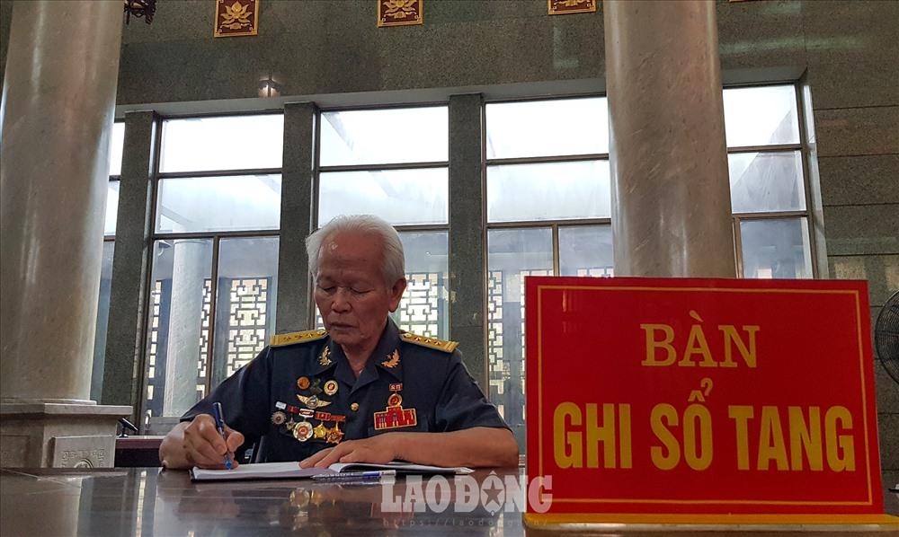 Các đồng chí, đồng đội ghi sổ tang viếng Đại tá, Anh hùng lực lượng vũ trang nhân dân Nguyễn Văn Bảy