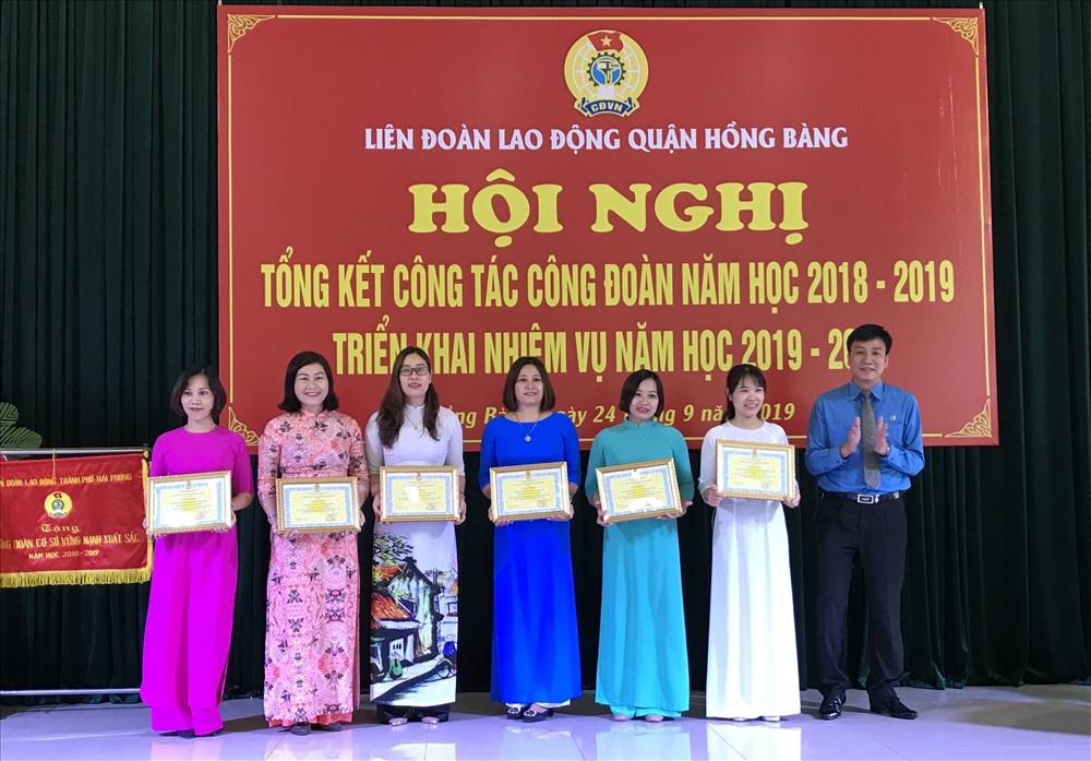 Liên đoàn Lao động quận biểu dương các tập thể xuất sắc trong hoạt động công đoàn năm học 2018-2019. Ảnh ĐL