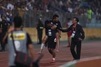 CLB Hà Nội và 4.25 SC: Văn Công được cõng rời sân, Bùi Tiến Dũng thay thế
