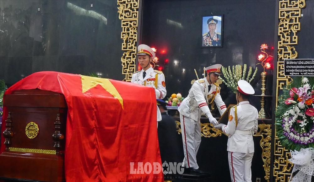 Ảnh, các huân, huy chương cùng quốc kỳ được đưa xuống.