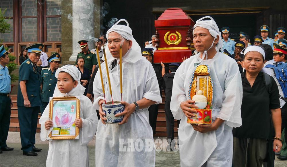 Gia quyến tiễn đưa linh cữu Anh hùng lực lượng vũ trang nhân dân Nguyễn Văn Bảy.