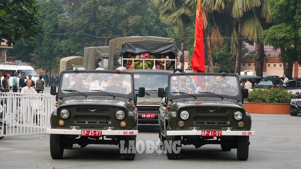 Đúng 6h15, tiêu binh đưa linh cữu Anh hùng lực lượng vũ trang nhân dân Nguyễn Văn Bảy khỏi nhà tang lễ quốc gia.