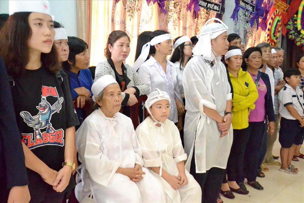 Đúng 11 giờ, gia đình cùng đại diện lãnh đạo tỉnh Đồng Tháp, Quân chủng Phòng không - Không quân bắt đầu lễ viếng. Ảnh:Lục Tùng