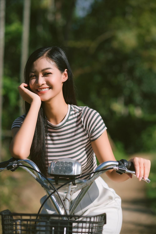 Từ những hình ảnh non nước hùng vĩ của Quảng Nam cho đến những điều mộc mạc giản dị như căn nhà nhỏ sau cánh đồng lúa nơi gia đình cô sinh sống cũng được mang vào trong clip. Ảnh: MWVN.