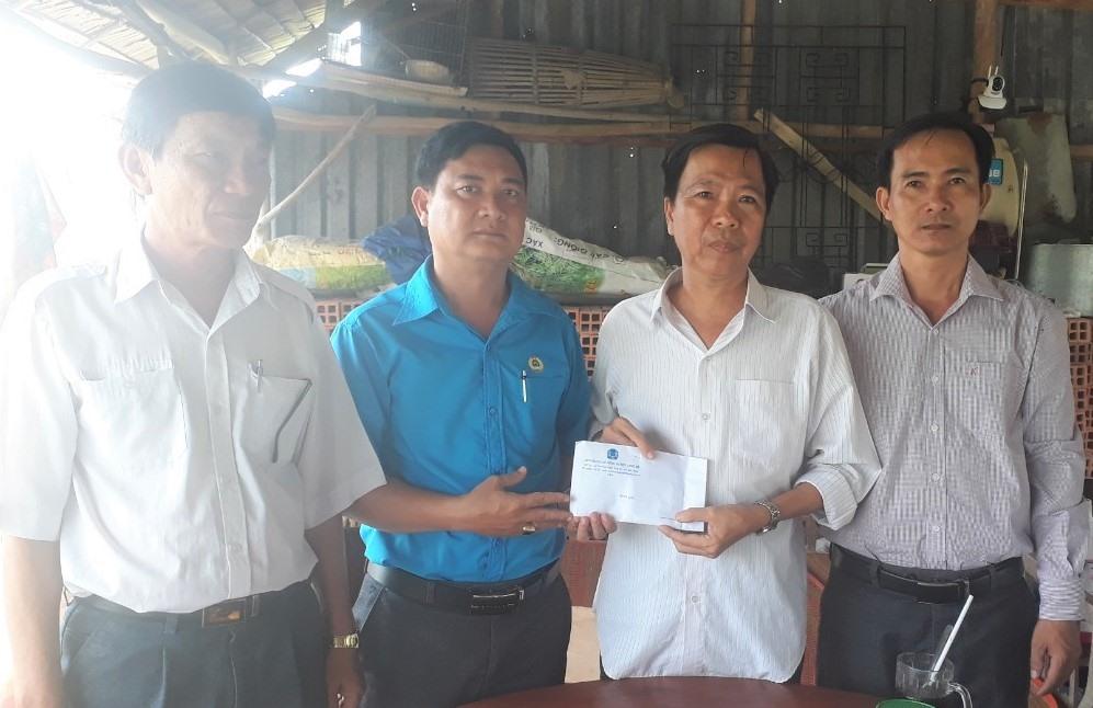 Lãnh đạo LĐLĐ huyện Long Mỹ trao hỗ trợ cho đồng chí Tùng. Ảnh: Hoài Phúc