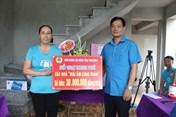 LĐLĐ các huyện trao kinh phí hỗ trợ nhà Mái ấm Công đoàn