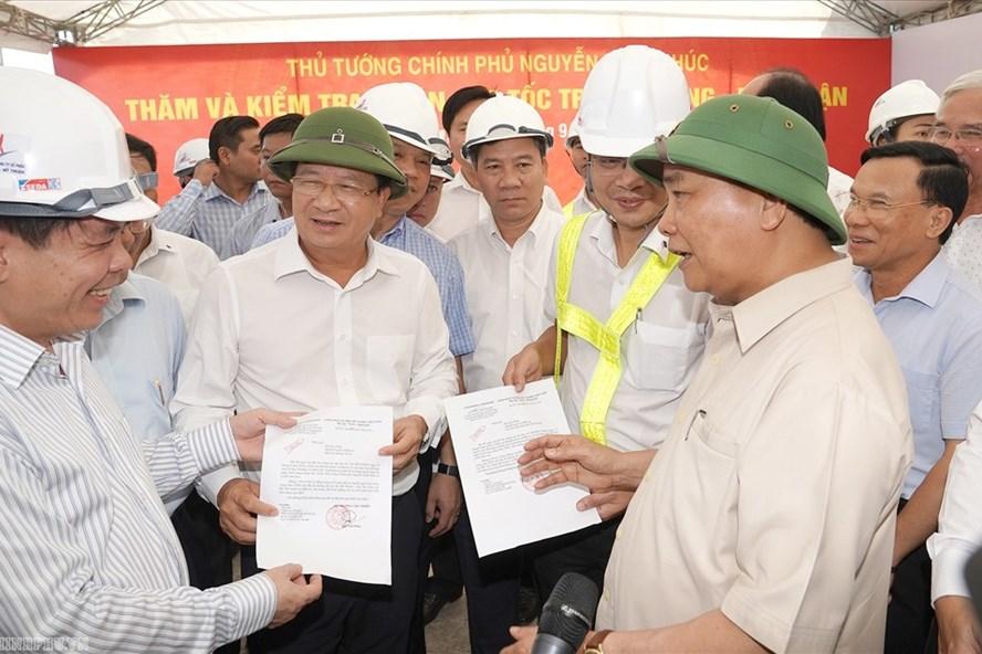 Thủ tướng trao Quyết định đồng ý cấp vốn ngân sách Trung ương cho dự án cao tốc Trung Lương-Mỹ Thuận. Ảnh: chinhphu.vn