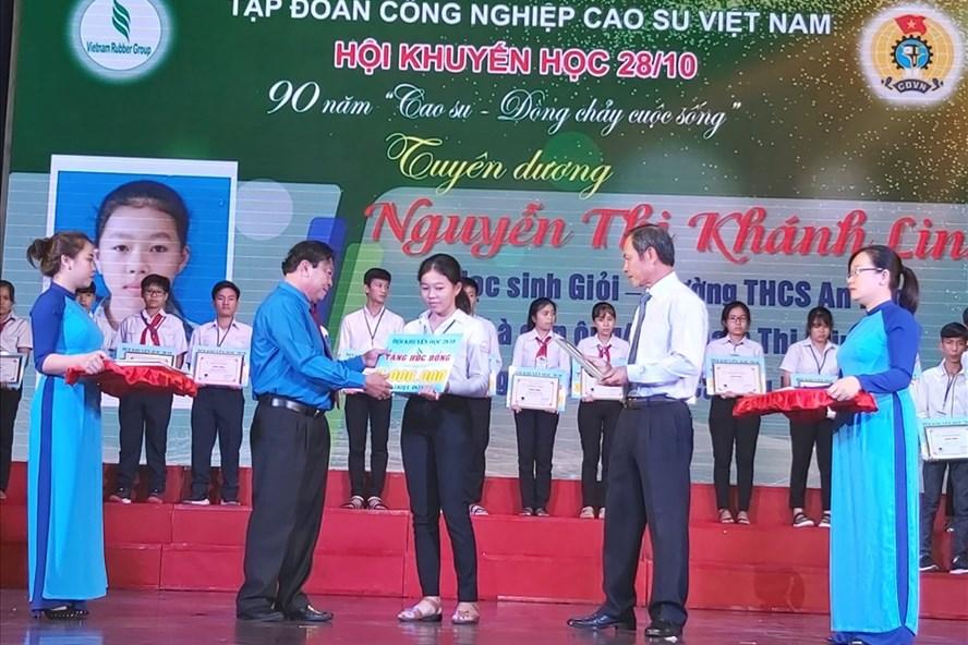 Lễ trao học bổng do CĐ Casosu phối hợp với Hội khuyến học 28.10 thực hiện. Ảnh Nam Dương