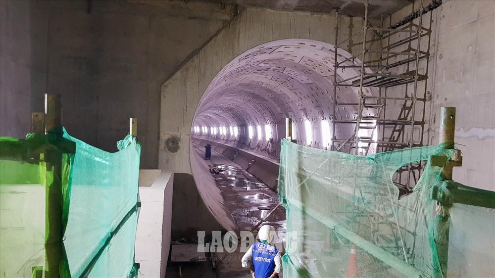 Theo Sở Giao thông vận tải, đến nay, tiến độ thẩm định điều chỉnh dự án metro số 1 không đạt như dự kiến. Nguyên nhân do Bộ Xây dựng chưa có ý kiến về thiết kế điều chỉnh; đồng thời công tác chuẩn bị hồ sơ về thẩm định nguồn vốn và khả năng cân đối vốn chưa hoàn tất.