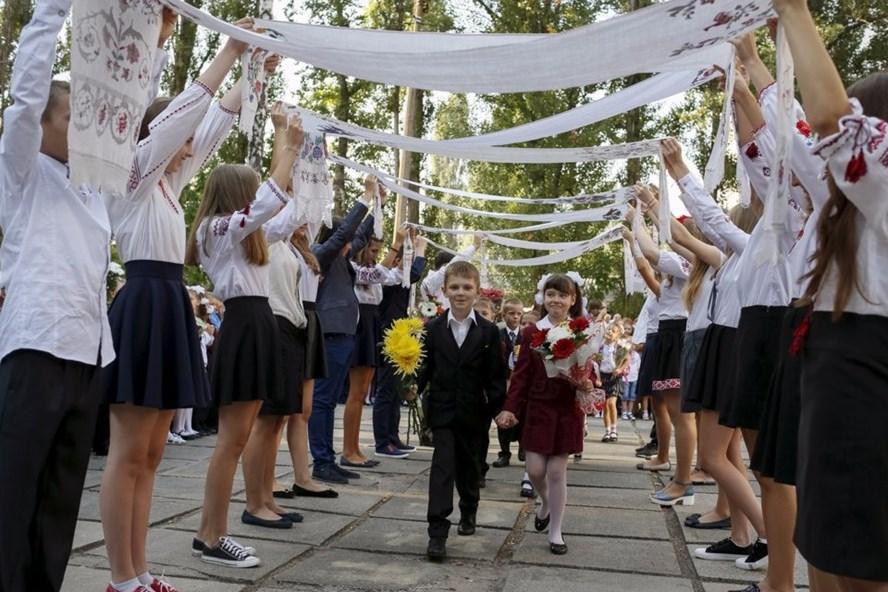 Màn chào đón học sinh lớp một trong lễ khai giảng tại Kiev, Ukraina. Ảnh: Reuters.