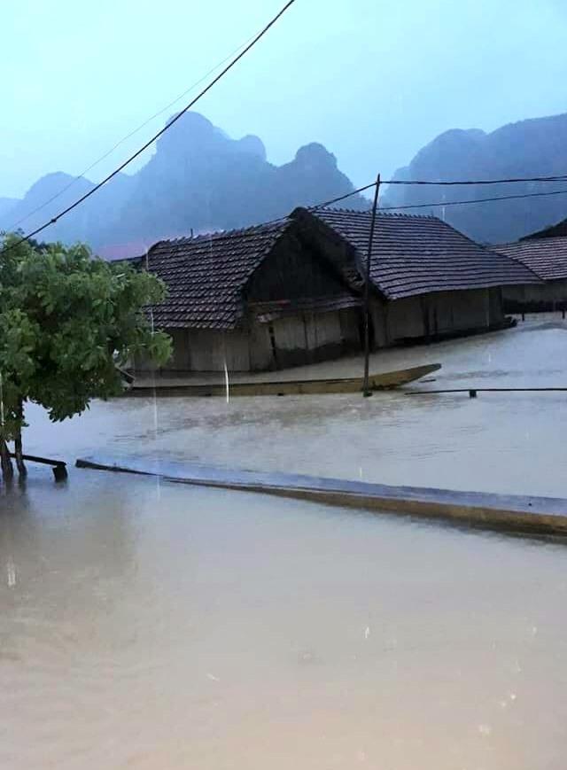 Nước dâng cao và nhanh tại địa bàn huyện Minh Hóa. Ảnh: CTV