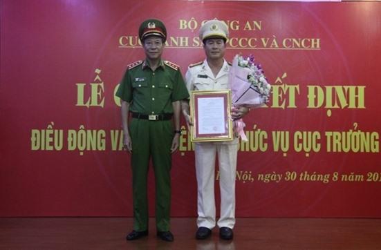 Thứ trưởng Lê Quý Vương trao quyết định và chúc mừng Đại tá Nguyễn Tuấn Anh, tân Cục trưởng Cục Cảnh sát Phòng cháy chữa cháy và Cứu nạn cứu hộ.