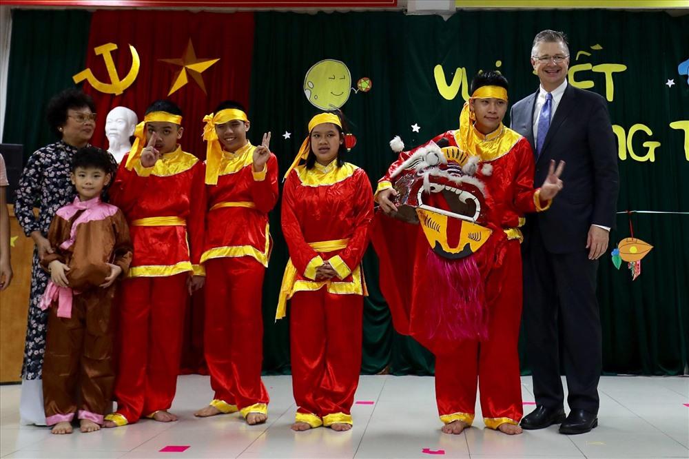 Đại sứ Mỹ tại Việt Nam trong buổi lễ giao lưu Tết Trung thu cùng các em nhỏ. Ảnh: Sơn Tùng.
