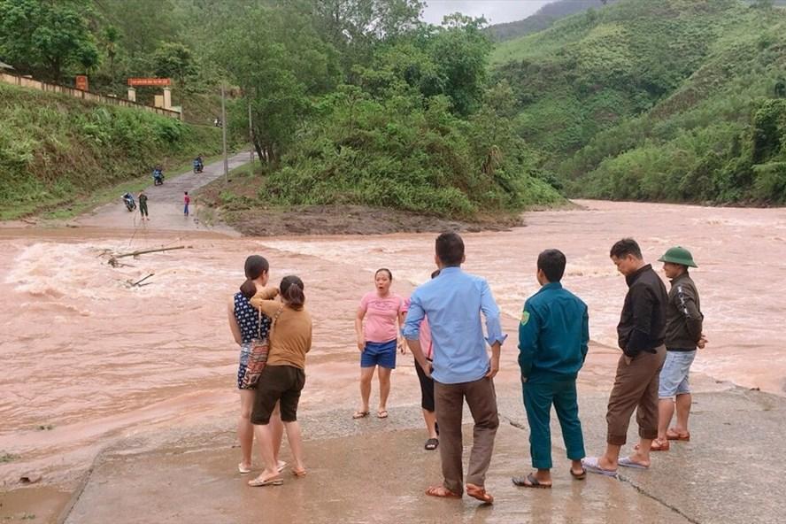Mưa lớn gây ngập cầu, khiến giáo viên Trường TH và THCS A Vao (huyện Đakrông, tỉnh Quảng Trị) không đến được trường. Ảnh: TH