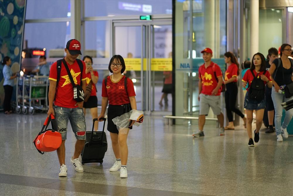 Các cổ động viên có mặt tại sân bay Nội Bài để khởi hành sang Thái Lan tối 4.9.