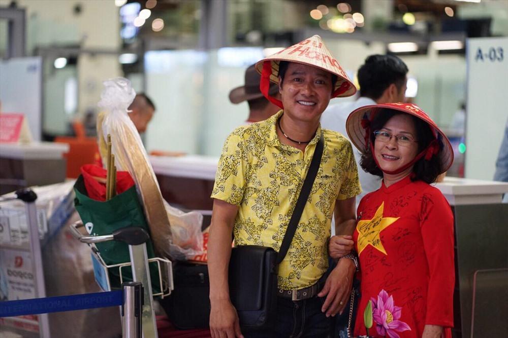 Hồng Sơn cùng với chị Thúy, một CĐV nhiệt thành của ĐT Việt nam.