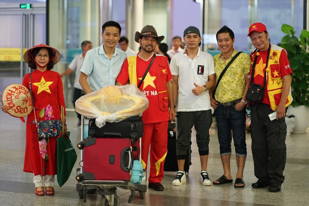 Cựu danh thủ Hồng Sơn và các cổ động viên tiếp lửa đội tuyển. Ảnh: Đ.H