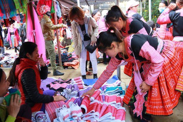 Phiên chợ Pà Cò thường tổ chức vào Chủ nhật hàng tuần nhưng lúc nào cũng nhộn nhịp và tấp nập.