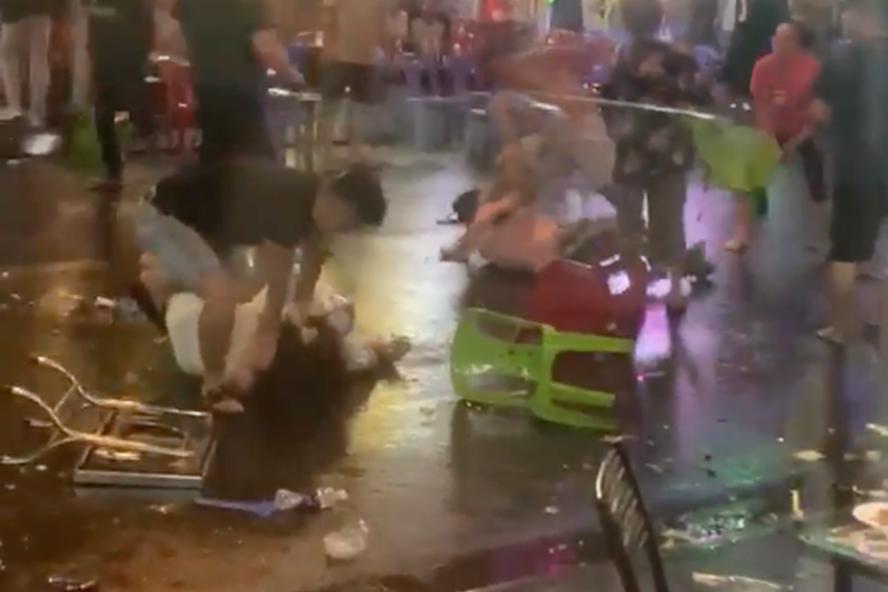 Hai nhóm nam, nữ lao vào hỗn chiến kinh hoàng ở phố tây Bùi Viện. Ảnh: cắt từ clip.