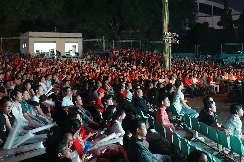 Mọi người đều chú tâm vào từng phút của trận đấu. Nhiều người tỏ ra tiếc nuối khi Văn Toàn bỏ lỡ cơ hội ghi bàn. Ảnh: Phan Anh.