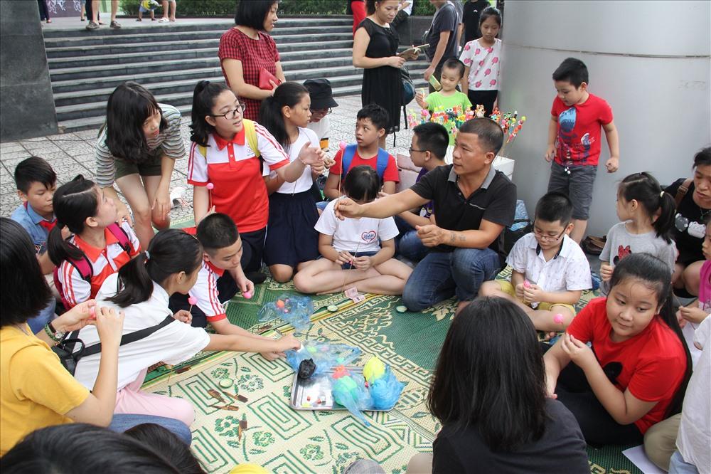 Rất nhiều trẻ em, du khách thích thú khi được trải nghiệm làm đèn lồng, nặn tò he