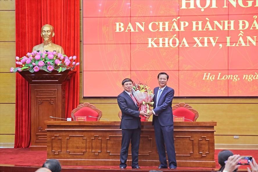 Ông Nguyễn Văn Đọc (phải) chúc mừng ông Nguyễn Xuân Ký (trái) được bầu làm Bí thư tỉnh ủy Quảng Ninh.