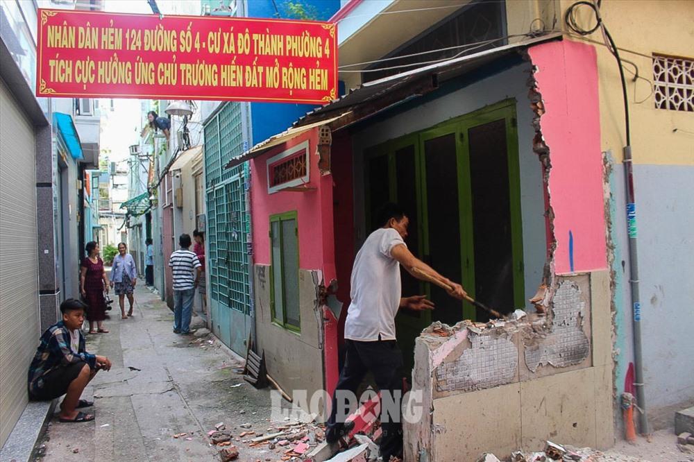 Nhiều hộ dân tại quận 3, thành phố Hồ Chí Minh đã đồng loạt hiến đất để mở rộng các con hẻm.