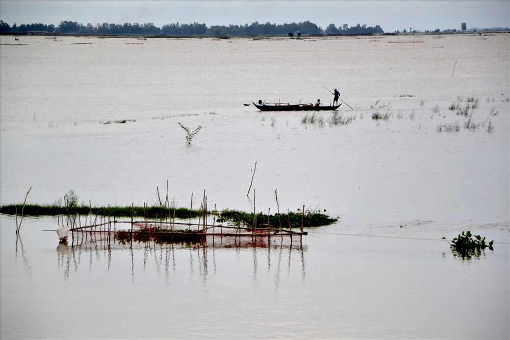 Theo truyền thống, khi nước lên đồng, người dân đầu nguồn tổ chức đánh bắt thủy sản. Ảnh: Lục Tùng