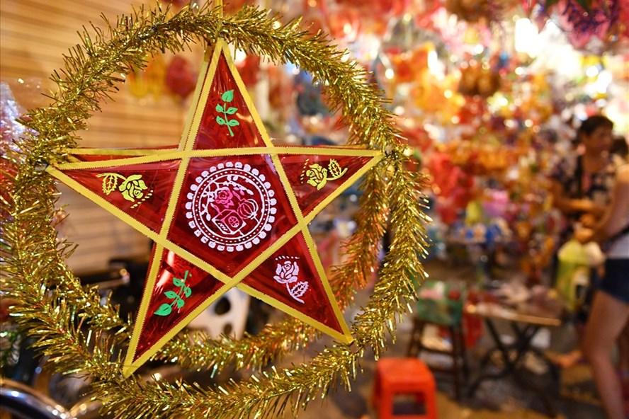 Chiếc đèn lồng Trung thu truyền thống năm nay được ưa chuộng.