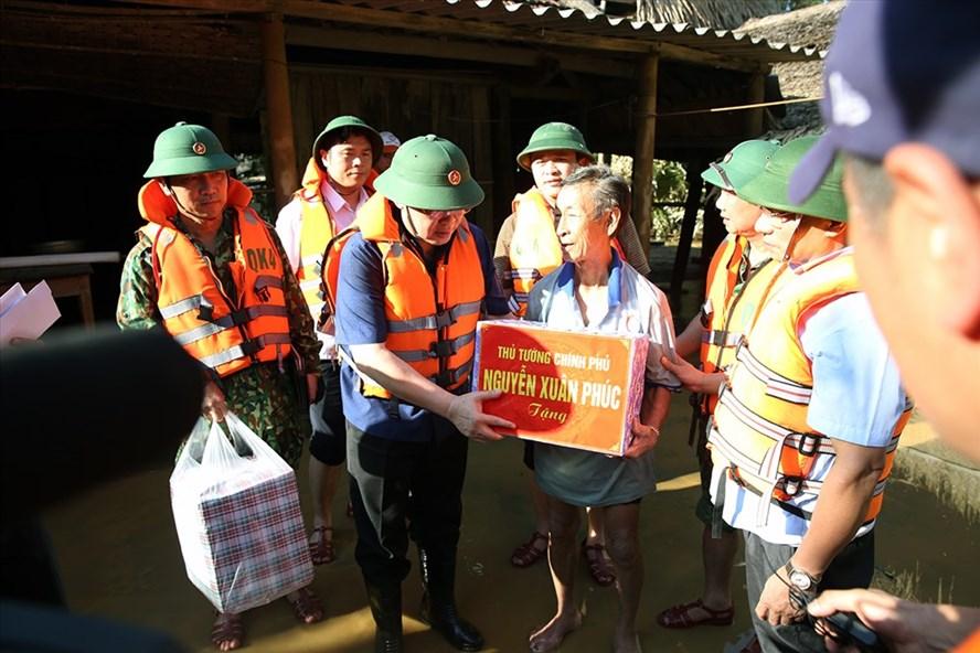 Phó Thủ tướng Vương Đình Huệ gửi lời hỏi thăm và tặng quà của Thủ tướng Nguyễn Xuân Phúc tới bà con vùng lũ. Ảnh VGP/Thành Chung