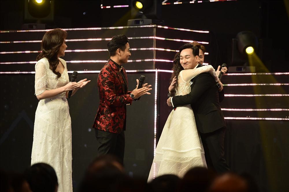 """Khi được xướng tên cho hạng mục """"Dẫn chương trình ấn tượng"""", MC Thành Trung đã ôm những người đồng nghiệp. Nam MC hiện đang dẫn chương trình """"Quý ông đại chiến"""" và """"Không giới hạn - Sasuke Việt Nam""""."""