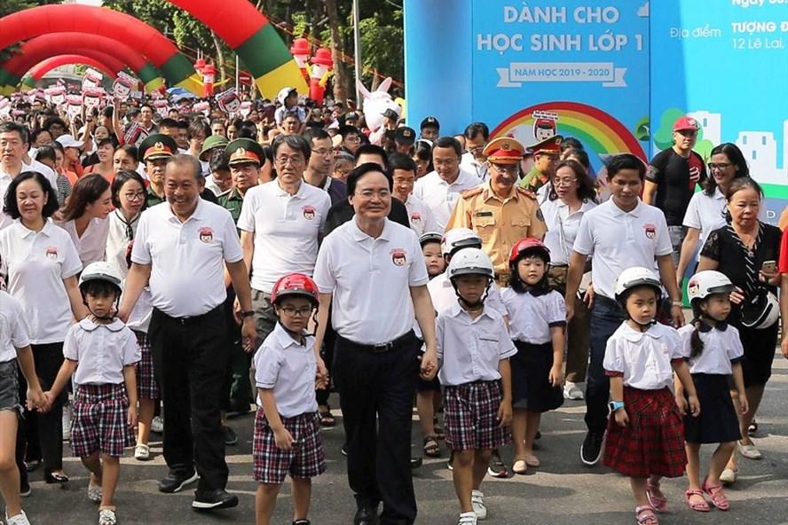 """Phó Thủ tướng thường trực Chính phủ Trương Hòa Bình đi bộ vận động toàn dân """"Đội mũ bảo hiểm cho trẻ em""""."""