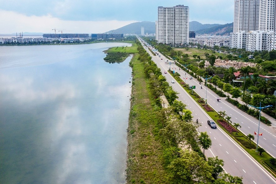Halong Marina nằm ngay sát bờ vịnh di sản thiên nhiên tuyệt tác.
