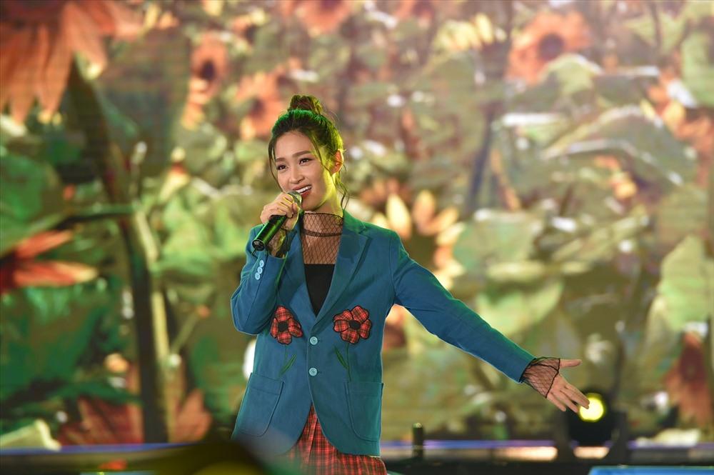 Juky San thể hiện ca khúc An Bình là hạnh phúc.