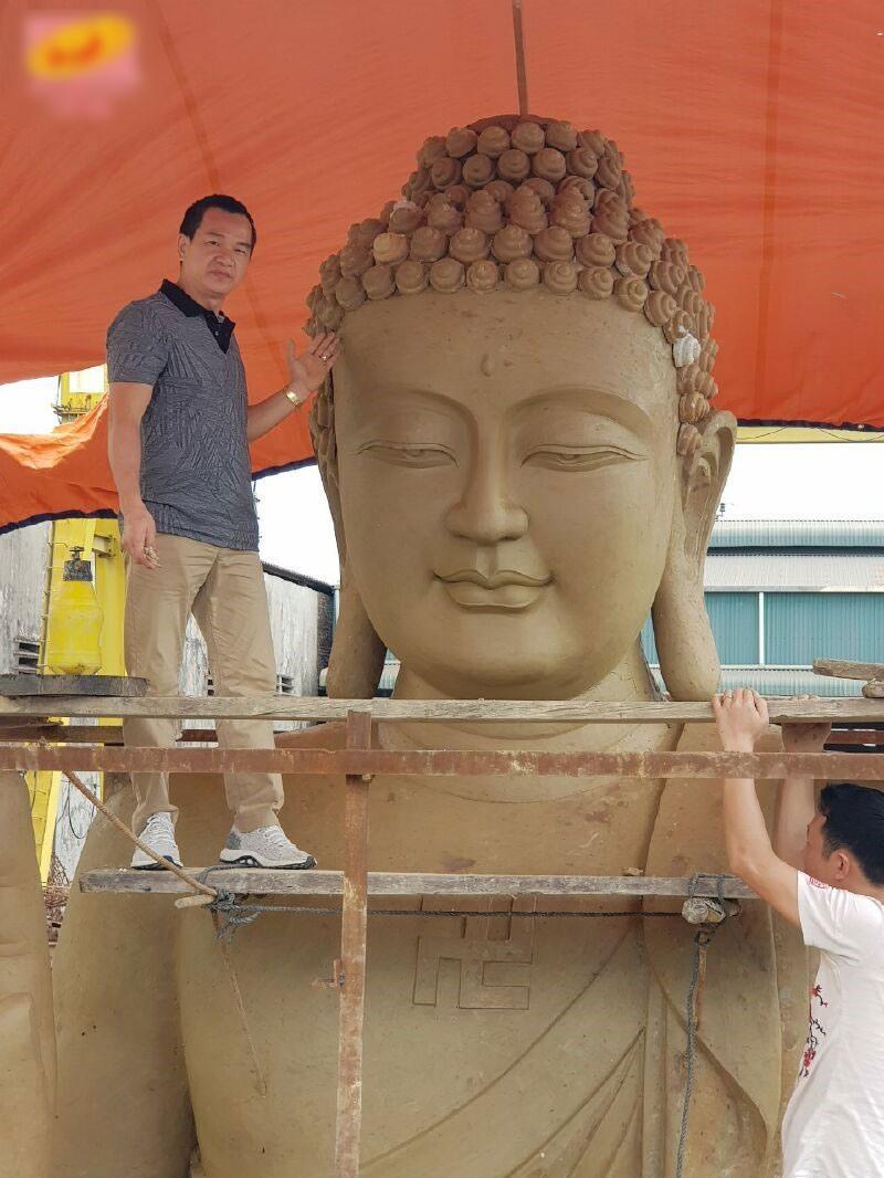 Ông Thái Tuấn bên tượng Phật Dược sư (ảnh Cty Tân Hoa Viên)