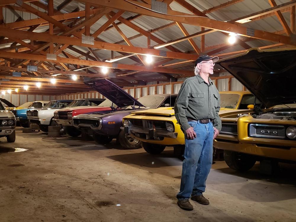 Coyote Johnson bên dàn xe cổ mà mình cất công sưu tầm trong 40 năm. Ảnh: businessinsider.com
