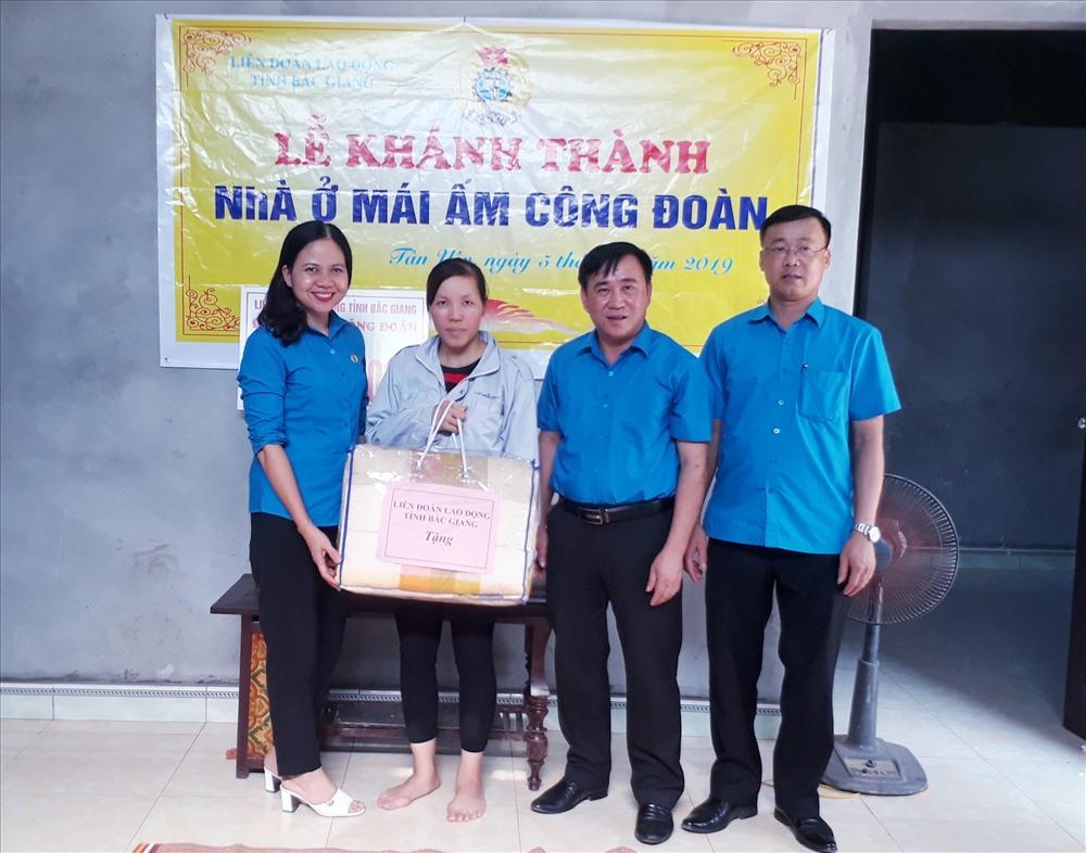 Lãnh đạo Liên đoàn Lao động tỉnh trao quà chúc mừng gia đình đoàn viên Vũ Thị Hiền.