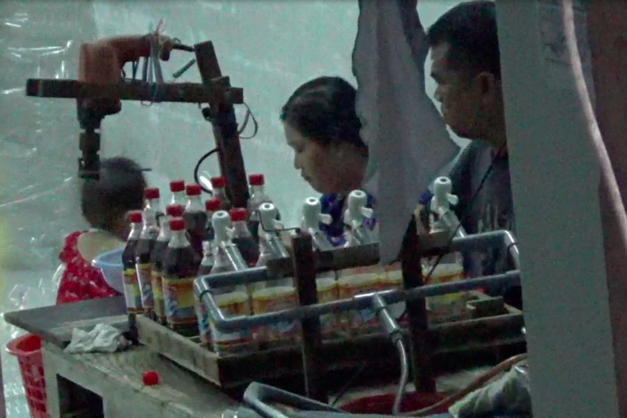 Sang chiết, đóng chai nước mắm tại cơ sở Phúc Khang.LT Ảnh: Lam Thiên