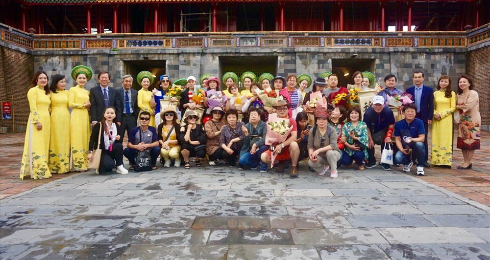 Những vị khách đầu tiên đến tham quan Khu Di sản Huế đều được miễn phí vé, được tặng hoa và quà lưu niệm.