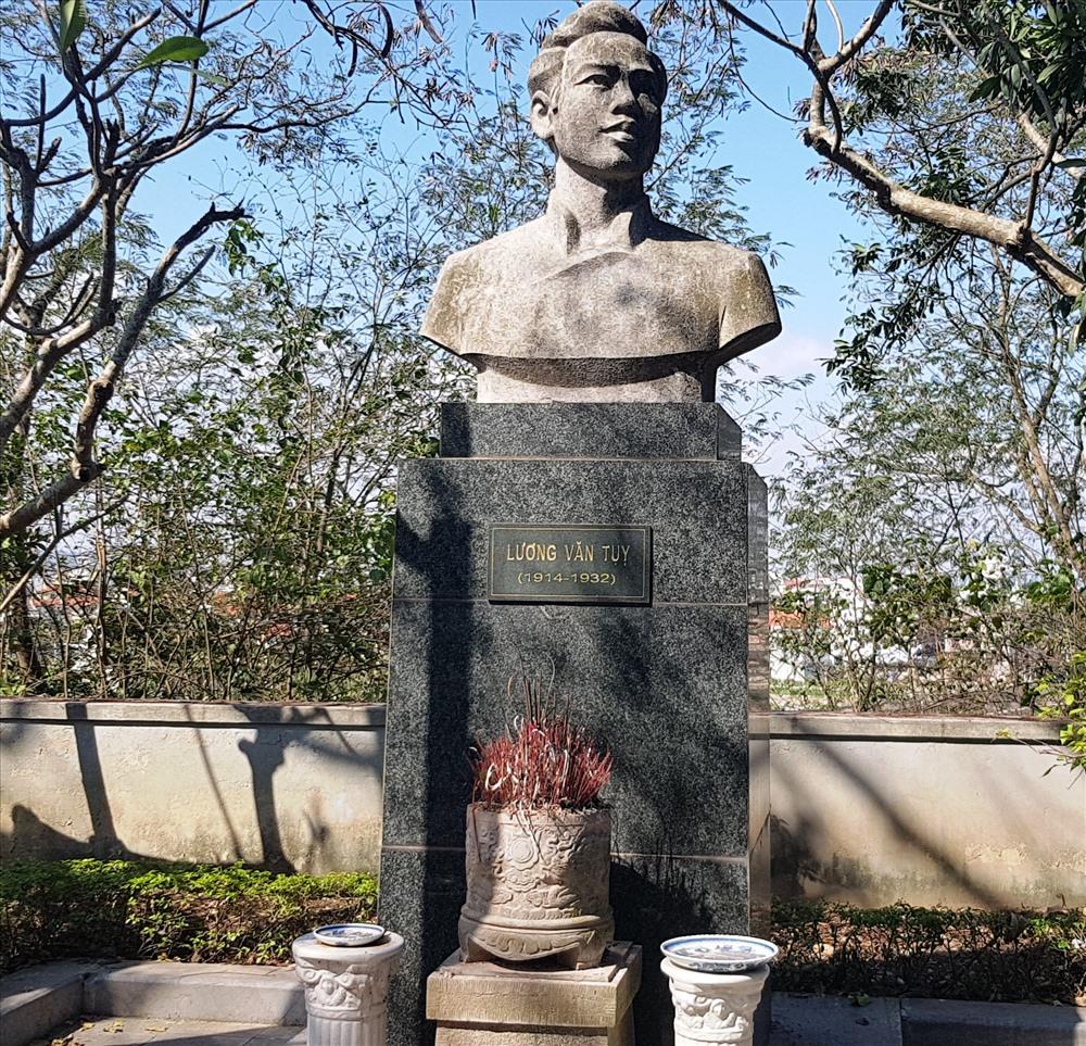Tượng dài anh hùng Lương Văn Tụy, một người con của xứ sở Tràng An, được đặt trên đỉnh núi Non Nước. Ảnh: NT
