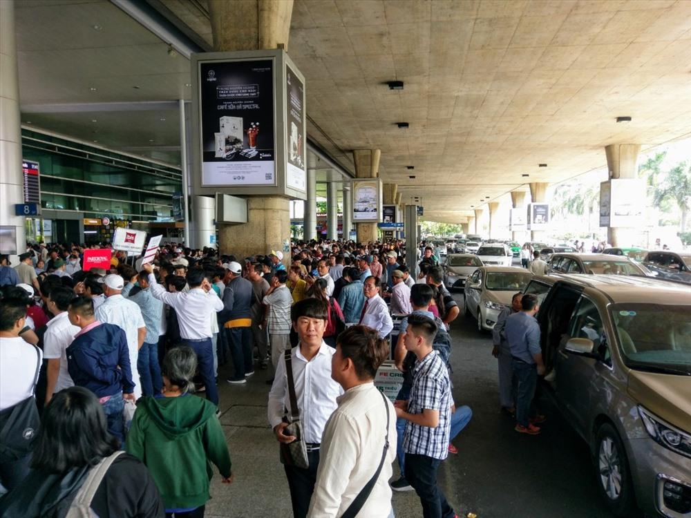 Để hạn chế tình trạng quá tải sân bay vào những ngày sắp tới, lãnh đạo Cảng hàng không quốc tế Tân Sơn Nhất mong muốn người dân cùng góp sức bằng cách hạn chế tối đa việc ra sân bay đưa tiễn, đi đón người thân nhằm giảm lượng xe cá nhân, xe ôtô đưa đón ra vào khu vực sân bay.