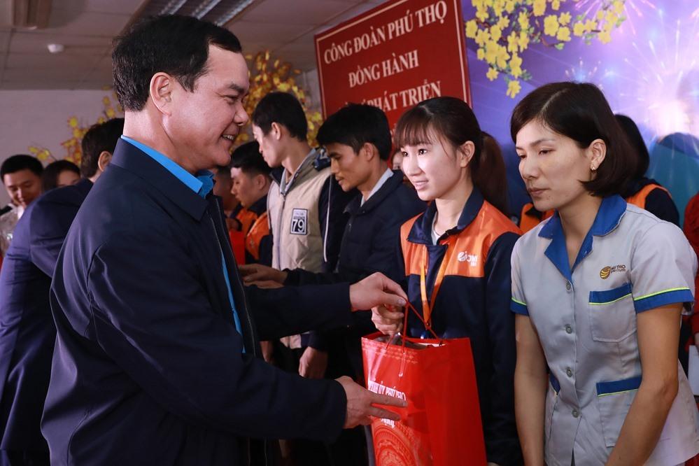 Đồng chí Nguyễn Đình Khang - Ủy viên Trung ương Đảng, Chủ tịch Tổng Liên đoàn Lao động Việt Nam chúc Tết, trao quà tới công nhân lao động tại Công ty tại  JNTC Vina (Khu công nghiệp Thụy Vân, tỉnh Phú Thọ) ngày 5.1 vừa qua. Ảnh: Hải Nguyễn