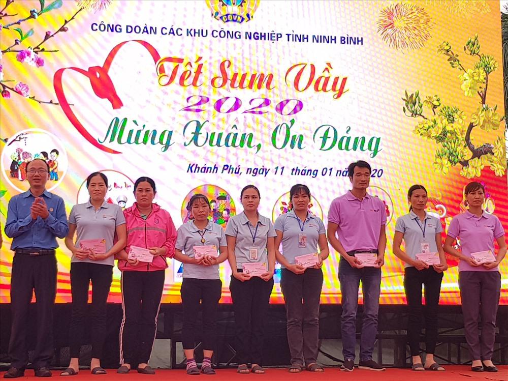 Đại diện lãnh đạo Công đoàn các Khu công nghiệp tỉnh Ninh Bình tặng quà cho CNLĐ có hoàn cảnh khó khăn. Ảnh: NT