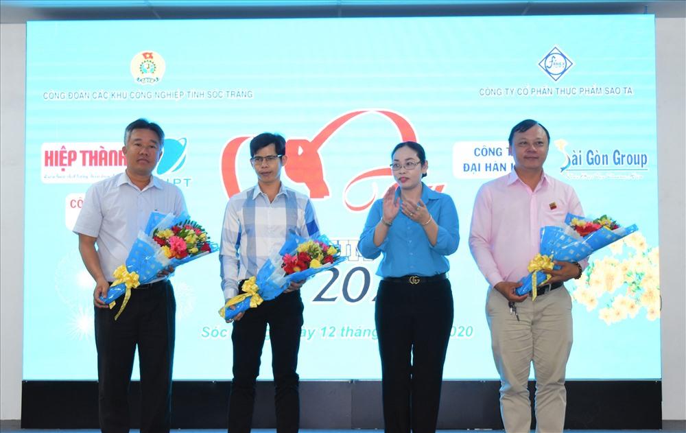 Bà Lục Bích Phúc - Phó Chủ tịch LĐLĐ tỉnh Sóc Trăng - trao những bó hoa tươi thăm, thay lời cảm ơn với các đơn vị tài trợ chương trình. Ảnh: Thành Nhân