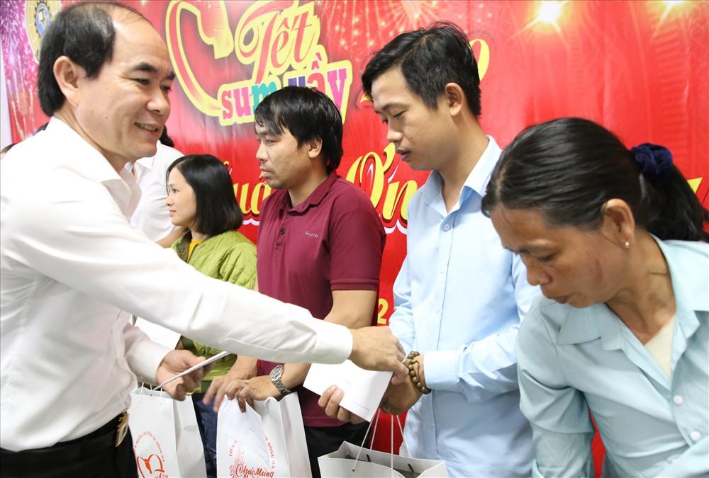 Lãnh đạo TP. Đông Hà tặng quà cho NLĐ tại Tết sum vầy 2020. Ảnh: Hưng Thơ.