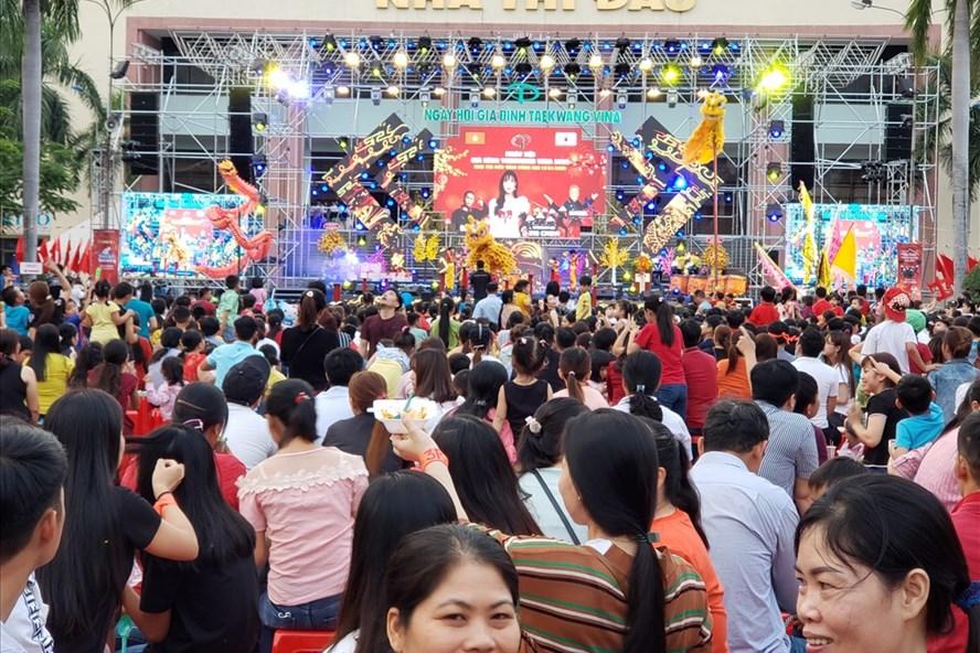Người lao động tham gia ngày hội gia đình Taekwang Vina. Ảnh: HAC