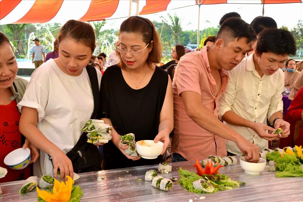 CNLĐ háo hức thưởng thức món gỏi cá trích dài nhất Việt Nam. Ảnh: LT