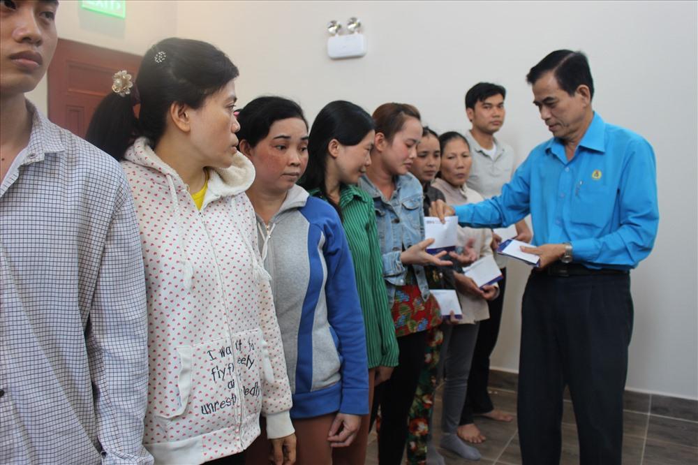 Ông Trương Văn Hiền - Chủ tịch LĐLĐ tỉnh Tiền Giang - trao quà Tết cho CNLĐ nghèo. Ảnh: K.Q