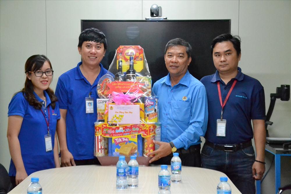 Phó Chủ tịch LĐLĐ An Giang Nguyễn Hữu Giang tặng quà cho CĐCS Cty TNHH An Giang Samho. Ảnh: LT